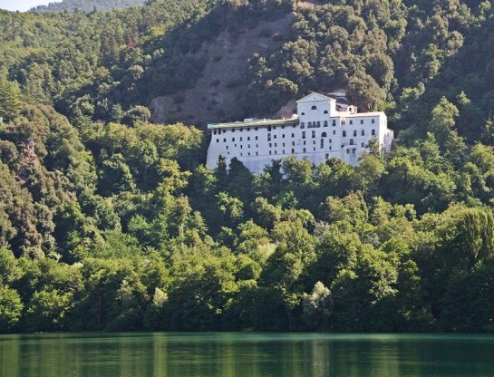 laghi-di-monticchio-abbazia-san-michele